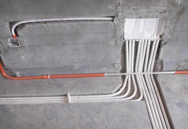 绘好电路图后,再按照电路图的指示进行开槽.