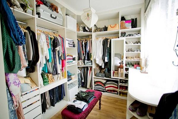 4衣帽间的颜色 颜色和造型可根据主人的喜好和整体居室风格来搭配,如果主人深颜色的衣服比较多,可以选择浅颜色的底材进行装修设计,如果白色衣物比较多,不妨大胆使用深色材料,如果希望衣帽间具有一定的品味,还可考虑使用壁布。 5衣帽间的的衣柜 因为步入式更衣间内的壁柜多采用开放形式,所有的衣物都暴露在外面,很容易杂乱无章,一片狼藉。